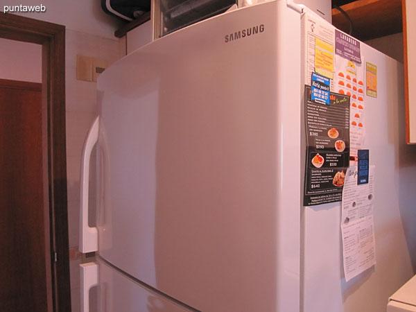 Heladera con freezer y horno eléctrico.