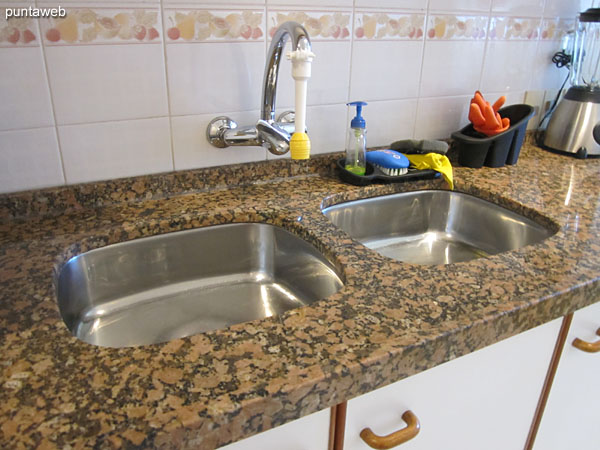 The counter has double bacha stainless steel.