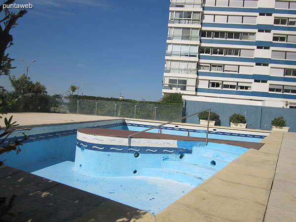 Acclimatized pool in the open air. It has a space for boys and another for adults.