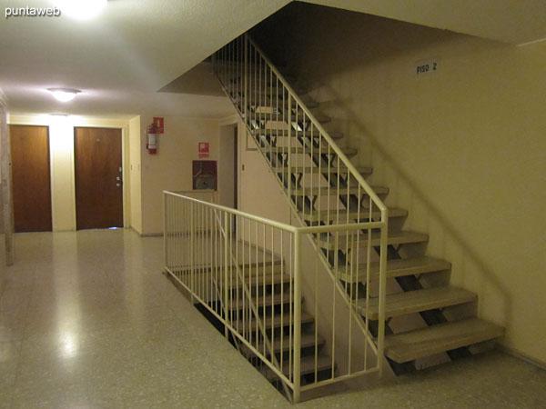 El edificio cuenta con ascensores Otis.