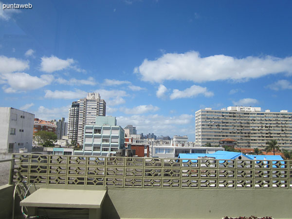 Vista desde la barbacoa hacia el interior de la manzana sobre entorno de edificios.