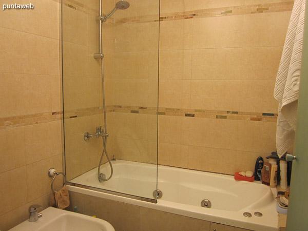 Ba�o de la suite. Cuenta con vanitory, hidromasaje y ducha con mampara.