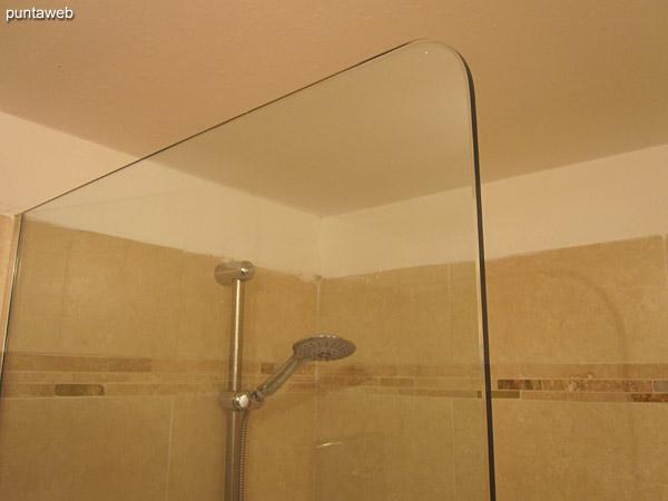 Detalle de la ducha con hidromasaje y mampara de la suite.