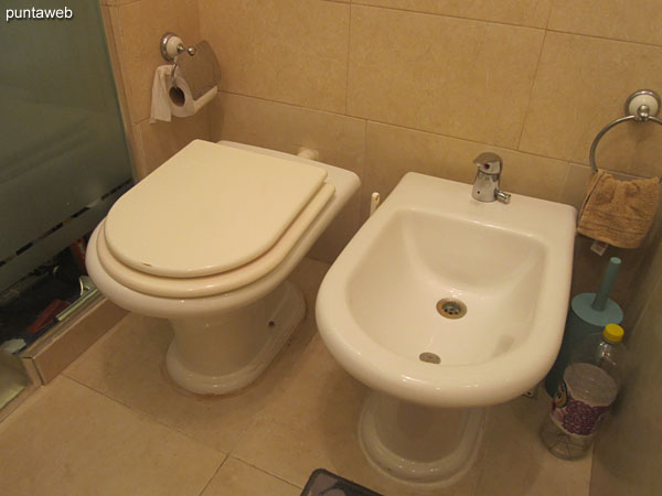 Detalle de ducha y mampara en la suite.