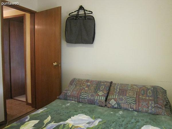 Segundo dormitorio. Situado al lateral norte. Cuenta con cama matrimonial y TV con cable.