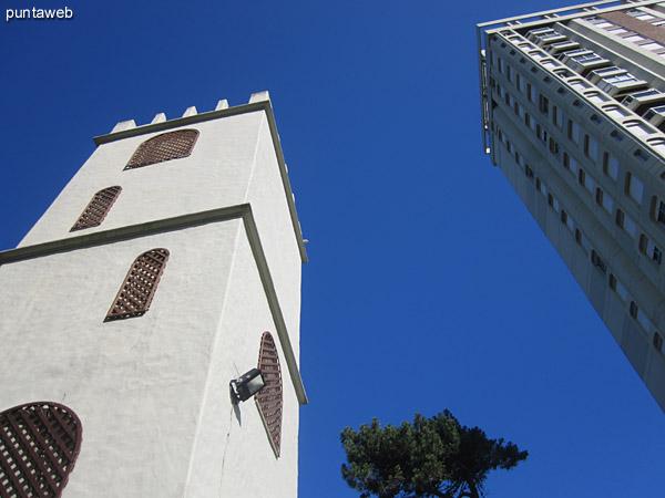 Sector de cocheras del edificio. Ubicado al contrafrente del edificio entre la pileta al aire libre y el jard�n.
