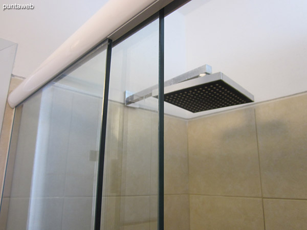 Shower with monocomando and glass screen.
