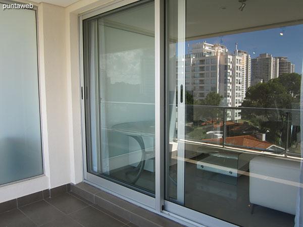 Vista hacia el este sobre entorno de barrio residencial desde el balcón terraza del apartamento.