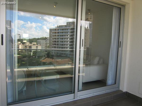 Balcón terraza. Doble cerramiento en ventanas de acceso.