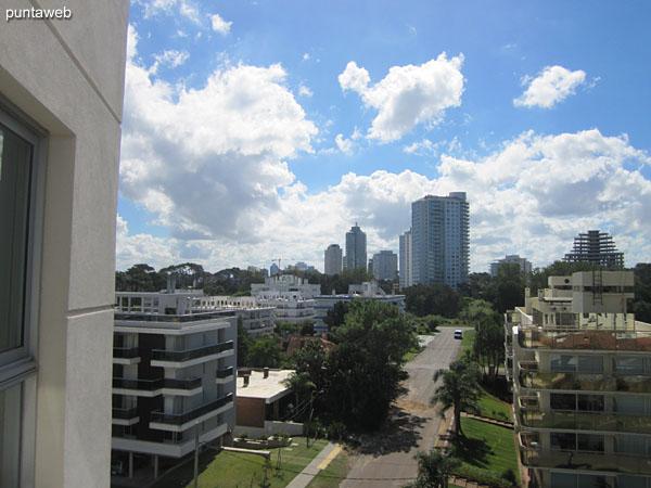 Vista hacia el entorno de barrio residencial desde el balcón terraza del apartamento.