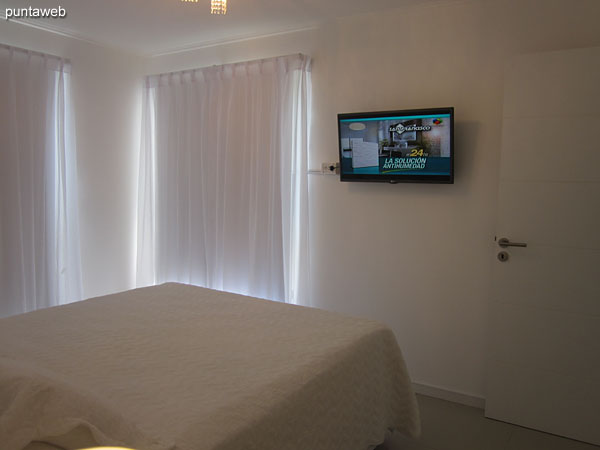 Suite room. Located towards the quiet part of the building and lateral La Barra. Equipped with air conditioning, cable TV.<br><br>Conditioned with sommier of two seats.