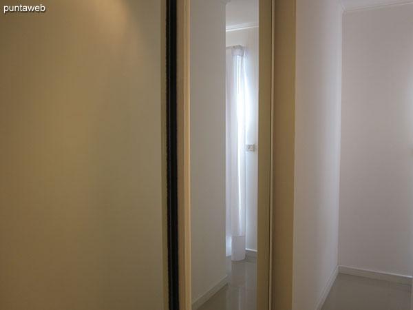 Suite. Situada hacia el contrafrente y lateral La Barra. Equipada con aire acondicionado, TV cable.<br><br>Acondicionada con sommier de dos plazas.