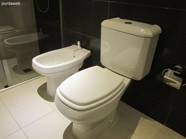 Detalle de grifería monocomando en el baño de la suite.