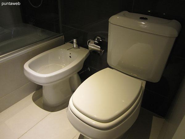 Baño del segundo dormitorio. Equipado con ducha, bañera y mampara de baño.
