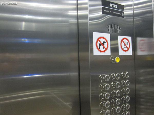 Palier y ascensores en el piso del apartamento.