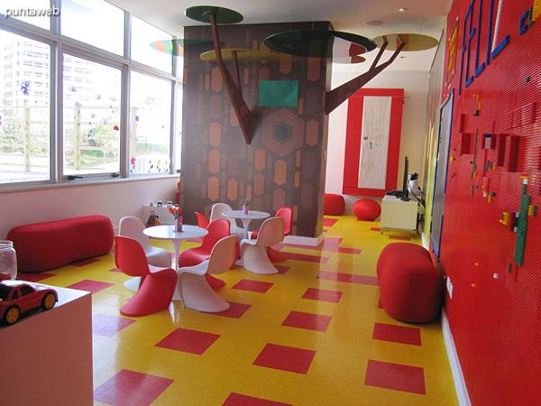 Detalle de equipamiento en el salón de juegos para niños: futbolito.