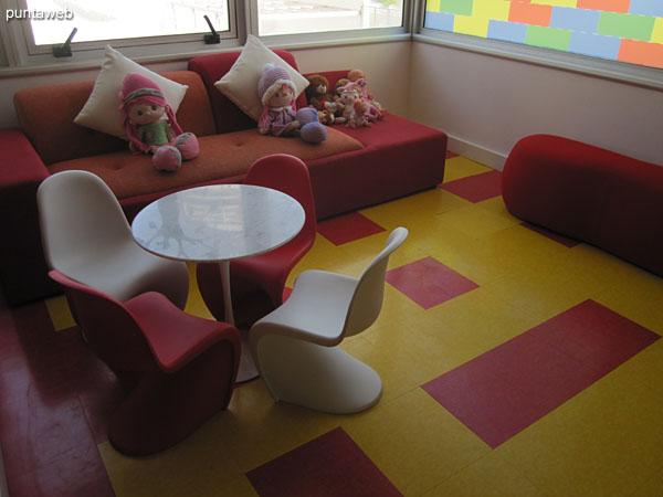 Detalle de amoblamiento en el salón de juegos para niños.