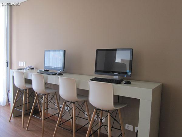 Sala de lectura. Amplio espacio con mesas para cuatro personas para juego de cartas o lectura.<br><br>Ambiente de estar para lectura.