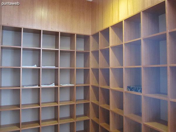 Vista general del estar en la sala de lectura.