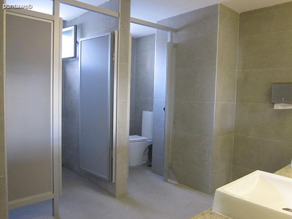 Baños en el sector de gimnasio, spa y pileta climatizada.