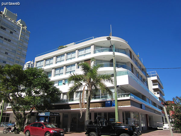 Facade of Sea Port located on Av. Gorlero and 17th street.