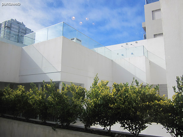 Vista hacia el interior del padrón del edificio desde la ventana del living comedor.