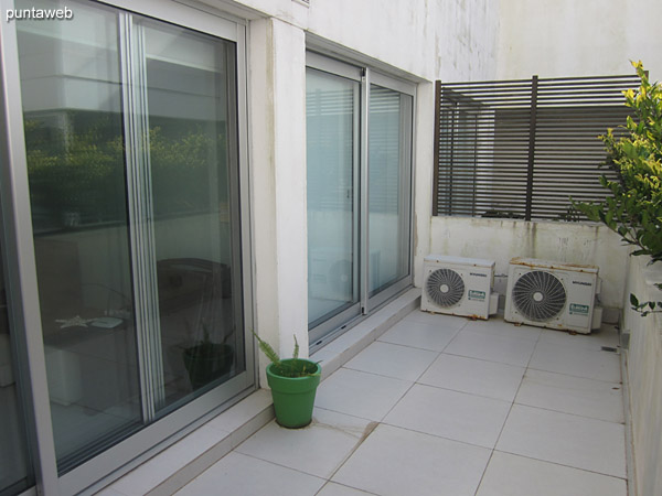 Balcón terraza accesible desde living comedor y dormitorio. Cuenta con mesa cuadrada con cuatro sillas.