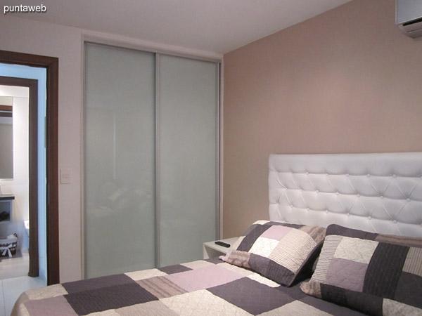 El dormitorio cuenta con placard de puertas corredizas.