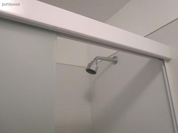 Baño, interior. Equipado con mampara y ducha.