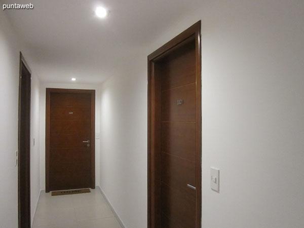 Pasillo de acceso al apartamento.
