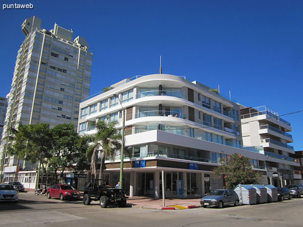 Seaport facade from the corner of Av. Gorlero and Calle 17.
