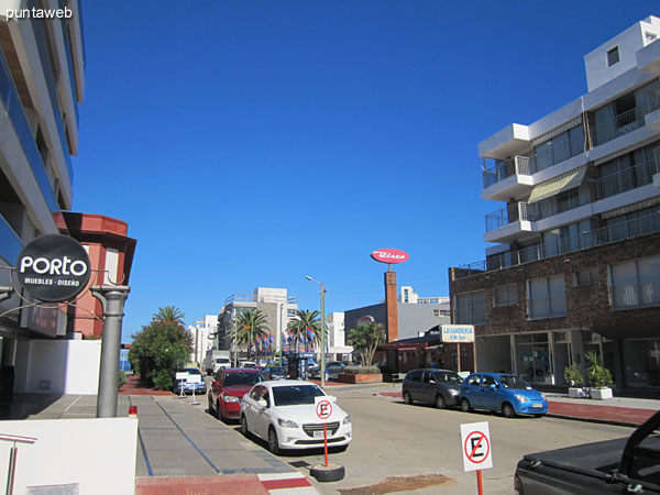View of 17th Street south from the entrance to the building.<br><br>At 20 meters away is a supermarket.