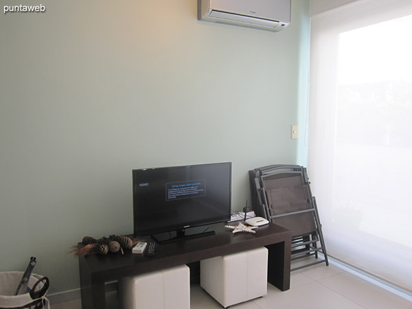 El espacio de estar cuenta con TV con cable.