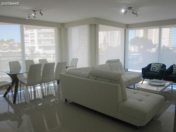 El espacio de living comedor brinda accesos al balc�n terraza que ocupa toda la esquina de la planta hacia el frente y la Av. Pedragosa Sierra.