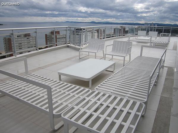 Espacio de estar y solarium en la terraza del edificio.