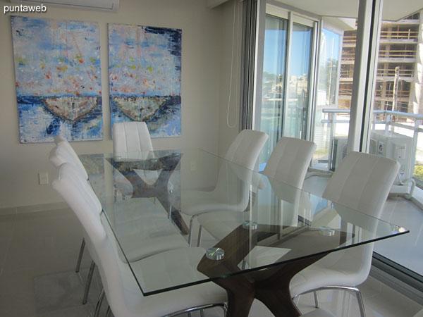 Mesa de comedor en vidrio y metal con capacidad para 8 personas.