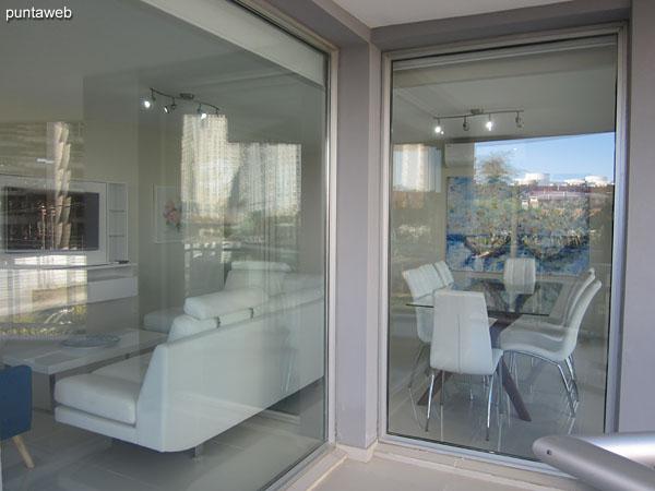 Vista desde el balc�n terraza hacia el ambiente de living comedor.