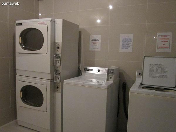 Servicio de lavadero por fichas en el subsuelo.