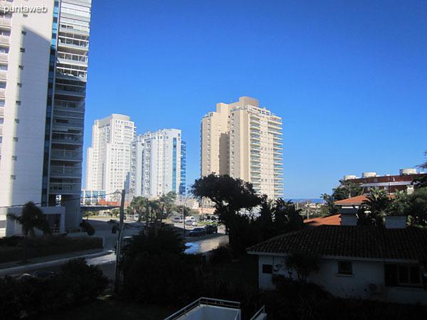 Vista hacia la playa Mansa desde el balc�n terraza del apartamento.