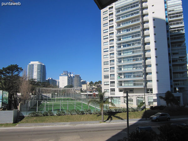 Vista hacia la Av. Pedragosa Sierra desde el balc�n terraza del apartamento.