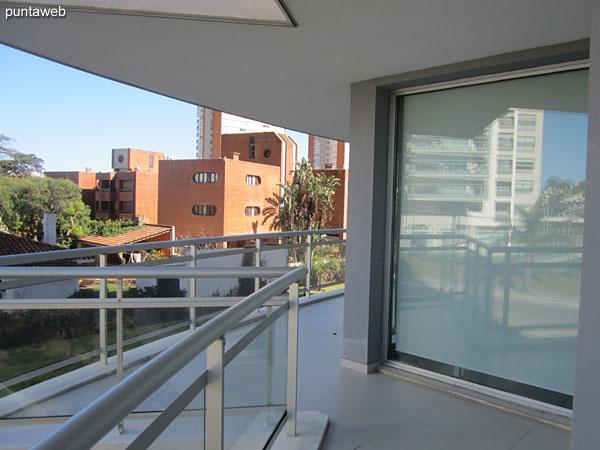Amplio balc�n terraza en esquina.