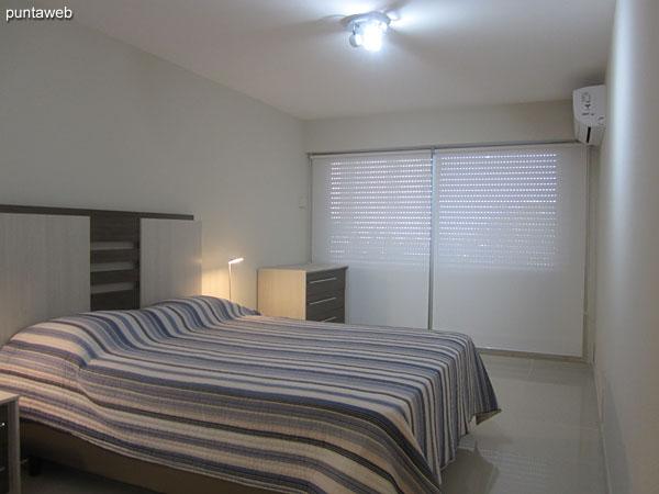 Segunda suite. Situada hacia el frente de la planta, equipada con cama matrimonial, aire acondicionado, TV cable.