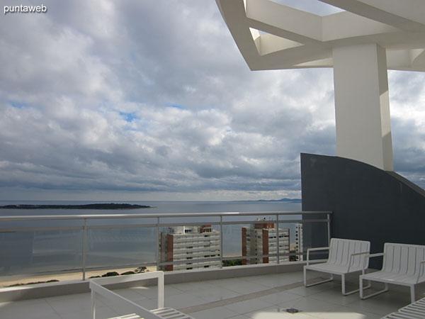 Vista desde la terraza solarium hacia la bah�a de Punta del Este.