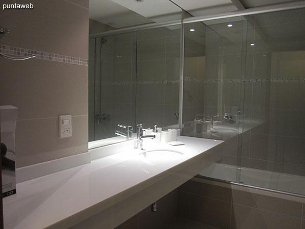 Ba�o de la segunda suite. Equipado con mampara de ba�o, ducha y ba�era.