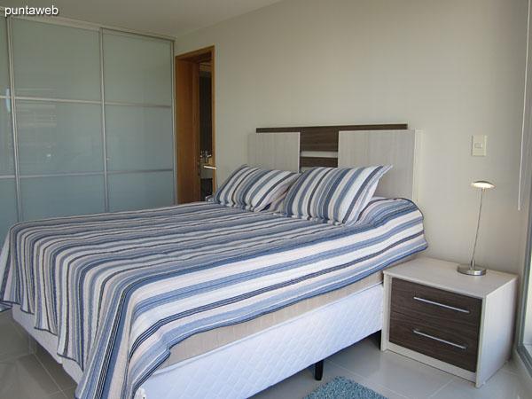 Suite principal. Situada hacia el lateral sur de la planta. Equipada con cama matrimonial, aire acondicionado y TV cable.