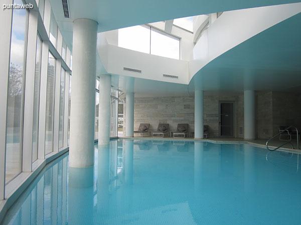 Pileta interior climatizada. Situada hacia el contrafrente del edificio.<br><br>El espacio cuenta con reposeras, duchas y servicios higi�nicos.