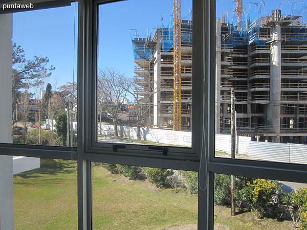 Vista hacia el lateral del edificio desde la ventana de la suite principal.
