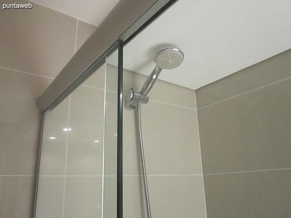 Detalle de mampara y ducha en el ba�o de la tercera suite.