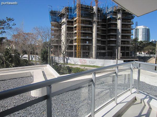 Vista hacia el contrafrente desde el balc�n terraza junto a la salida de la cocina.