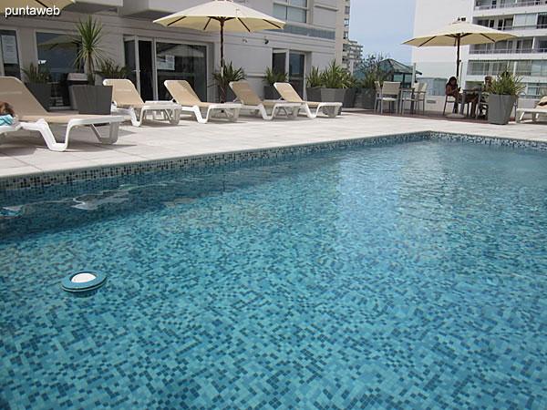 Pileta al aire libre situada a nivel de segundo piso. Cuenta con espacio tipo solarium con reposeras y sombrillas.
